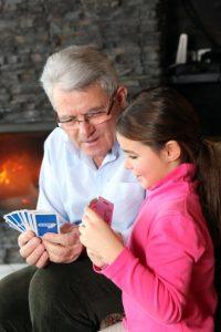 senior homme + enfant cartes